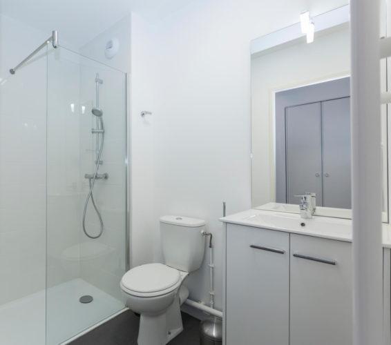 salle d'eau aménagée résidence étudiante toilette douche meuble miroir
